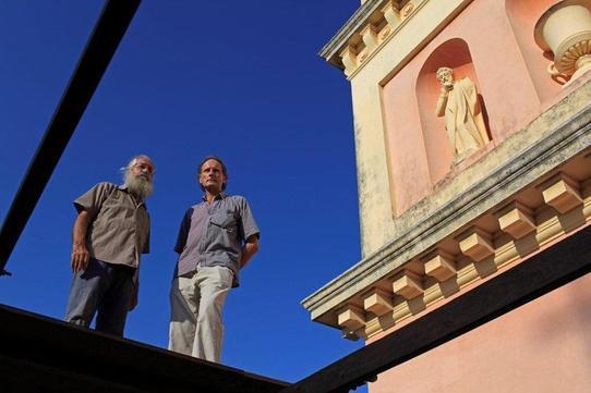 Charles-Hubert de Brantes avec l'entrepreneur Patrick Lafourcade sur les toits de l'église Notre Dame des Anges à Pondichéry.