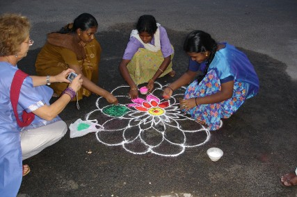 Tradition du Kolam devant une maison (photo de Claude Renauthttp://membres.lycos.fr/borisr/tamil.htm)